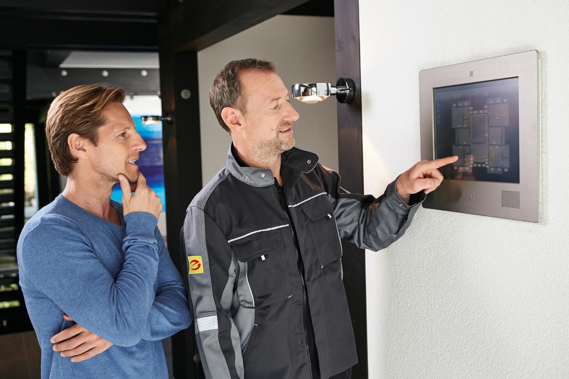 Elektrofachmann erklärt Kunde die Steuerung (3)